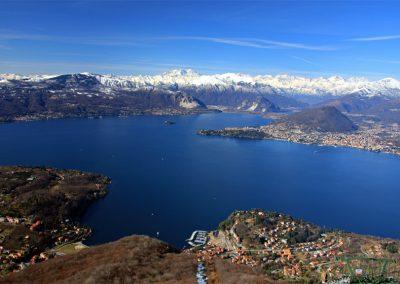 Il Lago Maggiore con le Alpi e il Monte Rosa sullo Sfondo